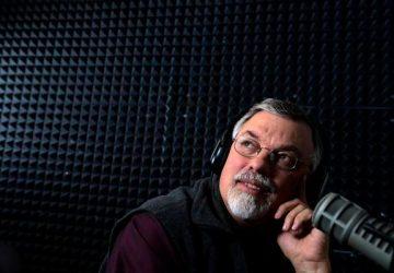 Radialista que defendeu boicote às vacinas morre de Covid no Colorado